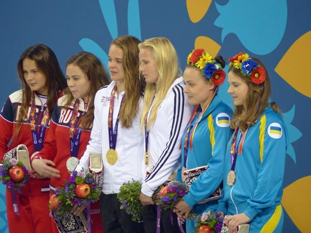 Saskia Oettinghaus und Louisa Stawczynski bei der goldenen Siegerehrung zum Wettbewerb Synchronspringen vom Drei-Meter-Brett bei den Europaspielen 2015. Foto: Monika Dietrich/WSC Rostock