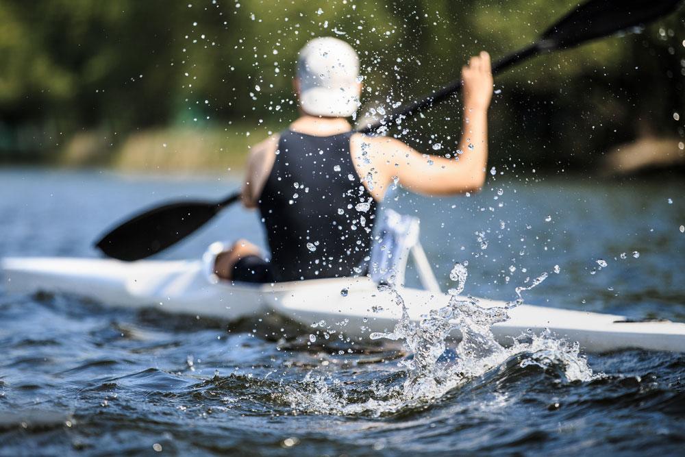 Athlet im Kajak - Der Kanurennsport hat in Mecklenburg-Vorpommern eine lange Tradition