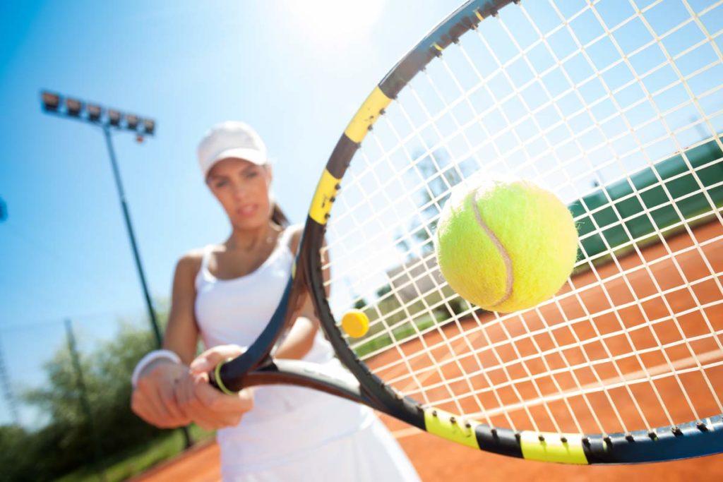 Tennisspielerin beim Vorhand-Topspin