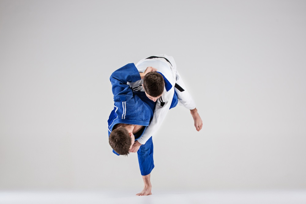 Judoka auf der Tatami. Schulterwurf