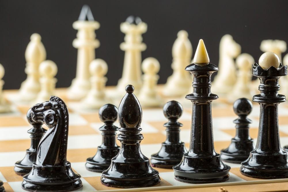 Schachbrett mit Schachfiguren | Schwarz