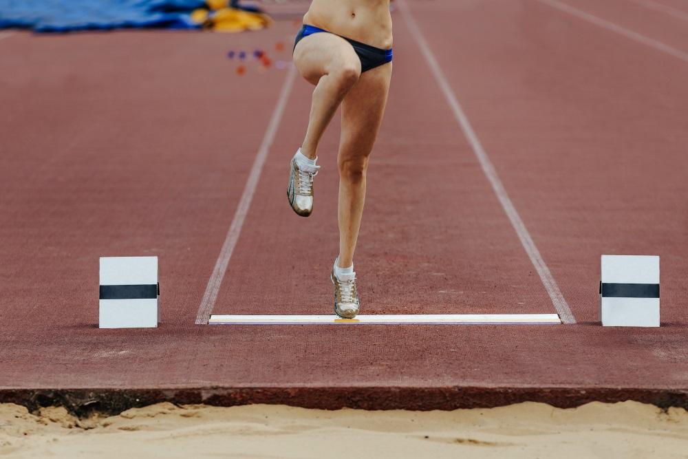 Weitspringerin beim Absprung. Leichtathletik in Mecklenburg-Vorpommern