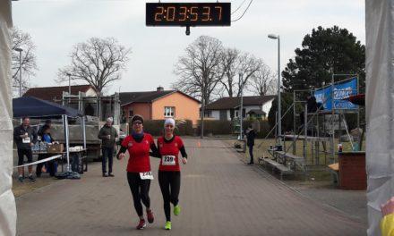Klaus-Dieter Mauck holt seine Medaille nach 42 Kilometern