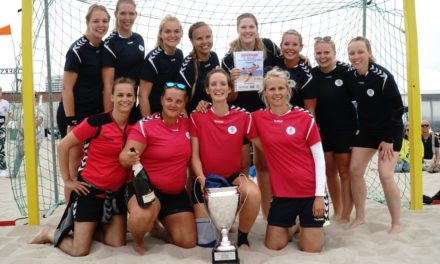 Die Pokale der 24. Beachhandballtage gingen an zwei Überraschungssieger