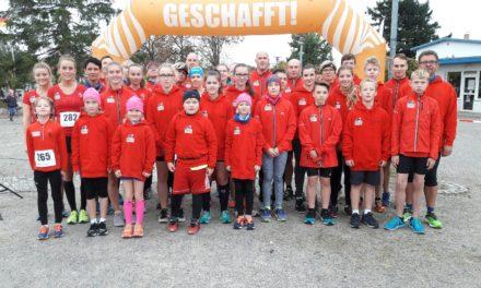 Laufgruppenkinder mit coolen Hoddies überrascht