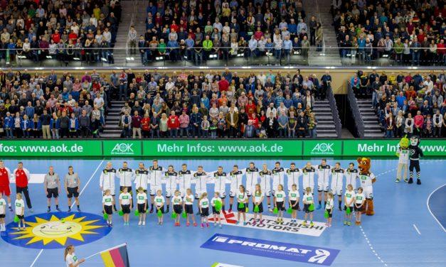 Weibliche Jugend E vom Rostocker Handball Club läuft mit Deutschland ein