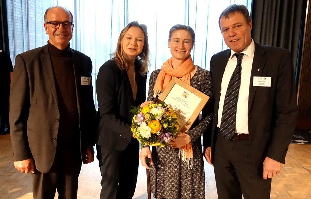 Saskia Deutz mit der Ehrenplakette geehrt