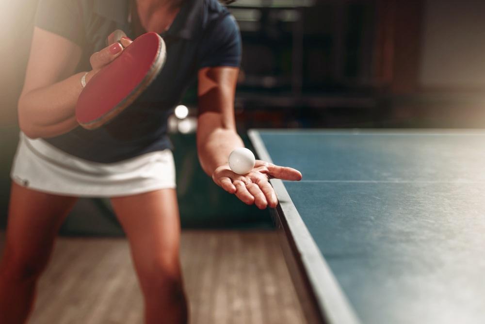 Tischtennisspielerin beim Aufschlag
