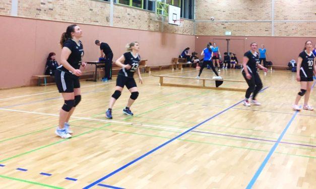 Frauentagsturnier bringt die Mannschaft der Volleyball-Damen an ihre Grenzen