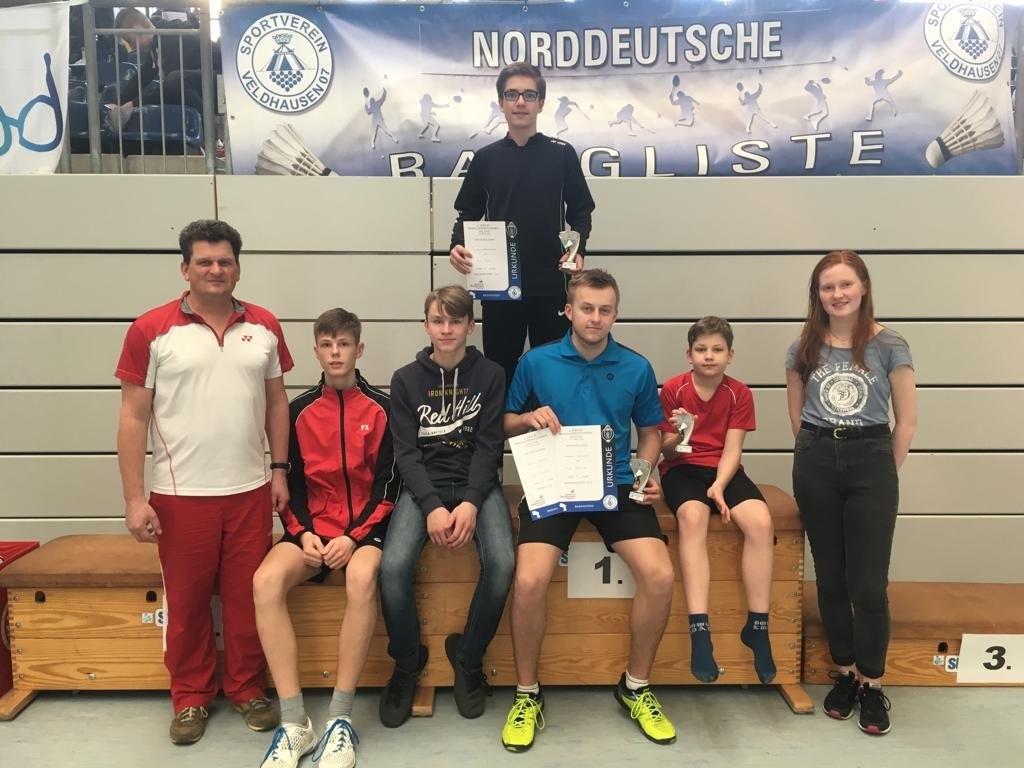 Das Schweriner Quintett zusammen mit Fynn Hellbach (Empor Göhren) und Trainer Michael. FOTO: BSC 95 Schwerin