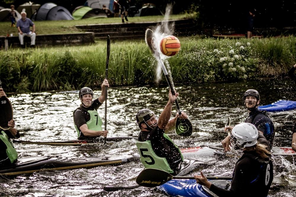 Die Teams aus Kopenhagen und von der FU Berlin im Wettkampf beim Internationalen Kanupolo-Turnier der Universität Rostock. Foto: János Zierath.