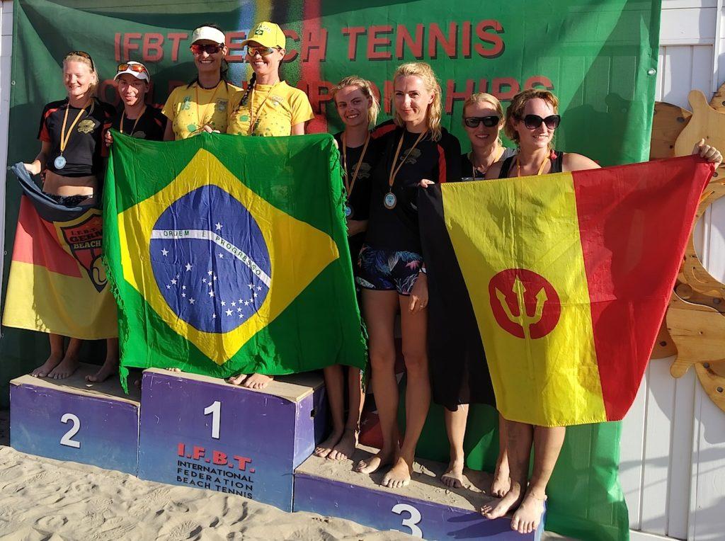 Siegerehrung Damen-Doppel/Amateure. Luisa Voigt/Tina Hübner (beide ganz links) auf dem Silber-Platz und Ann-Elaine Teetzen und Julia Peukert (5. und 6. von links) auf dem Bronze-Platz.