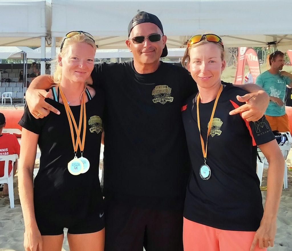 Teamchef Thomas Oberwalder freute sich besonders über die Medaillenerfolge seiner Schützlinge aus MV. Luisa Voigt (links) holte Gold im Damen-Einzel/Amateure und zusammen mit Tina Hübner Silber im Damen-Doppel/Amateure.