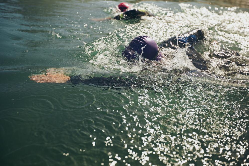 zwei Freiwasserschwimmer - im Neoprenanzug im offenen Wasser