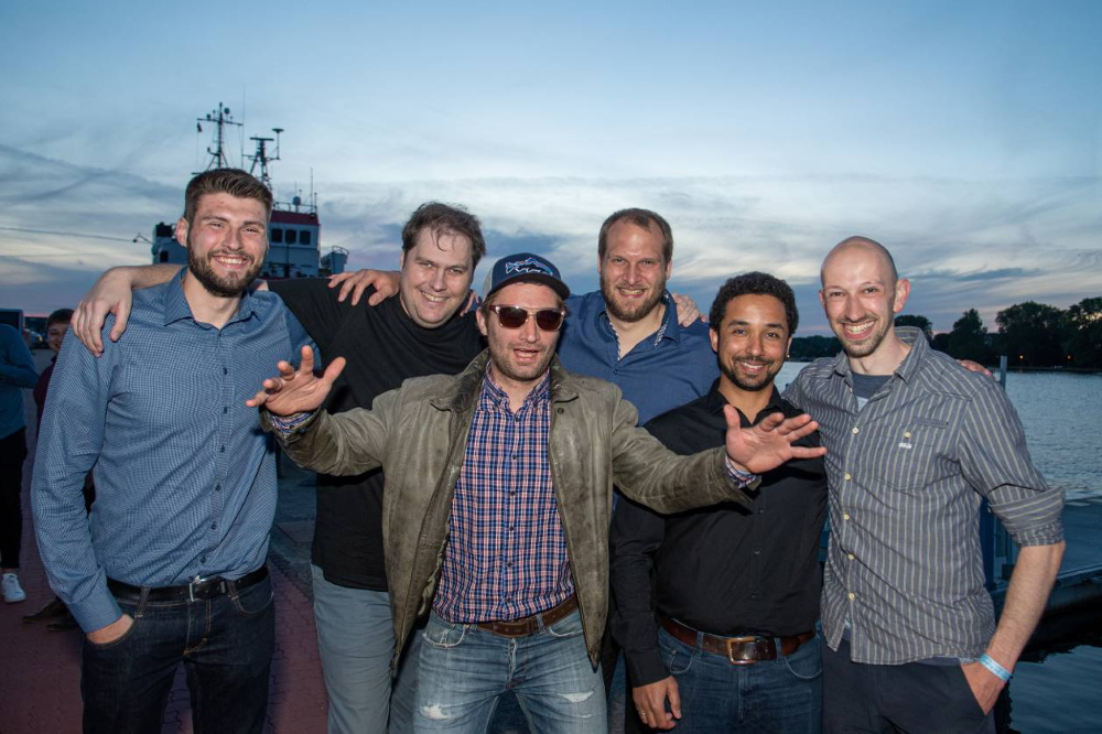 Mitglieder der Handballabteilung Samstagabend am Stadthafen. © Luten Reinhardt
