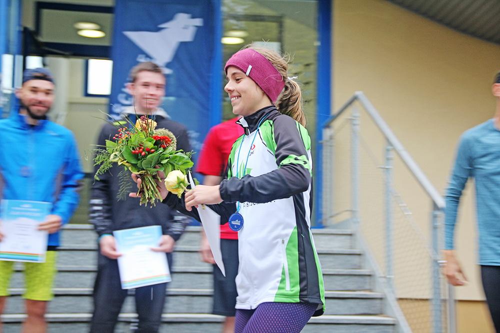 Freude auf dem Campus des Bereiches Seefahrt bei Lene Themann, die als erste Frau die Ziellinie des 3-Seemeilen-Laufes überquerte. Foto: Hochschule Wismar/K. Baldauf