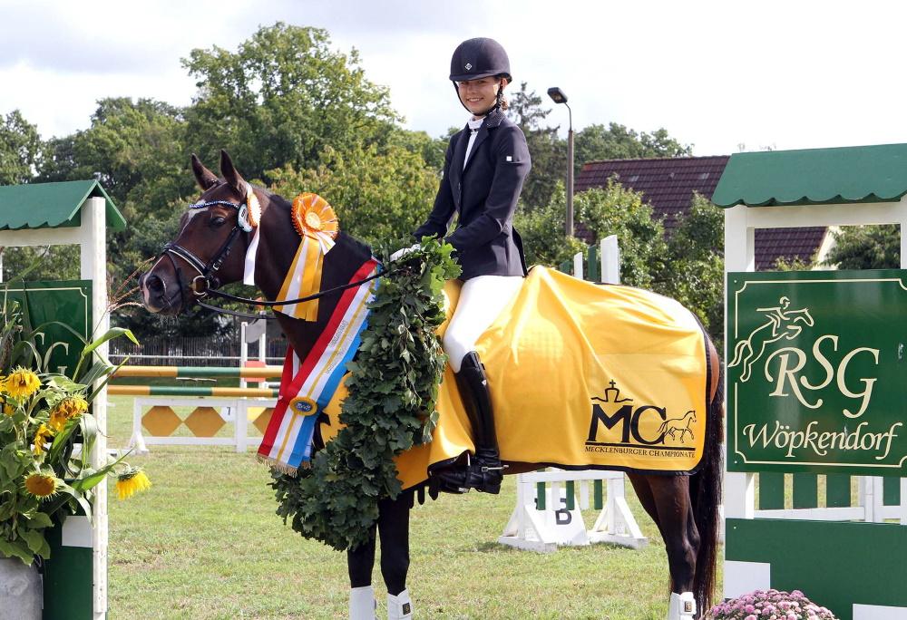 Landeschampion 2019 ist Goldkind mit seiner Reiterin Stella Baranowski. © Agnes Winn