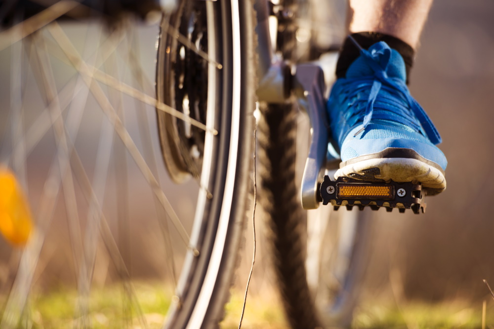 Radfahrer auf Mounteinbike - Pedale und blauer Schuh