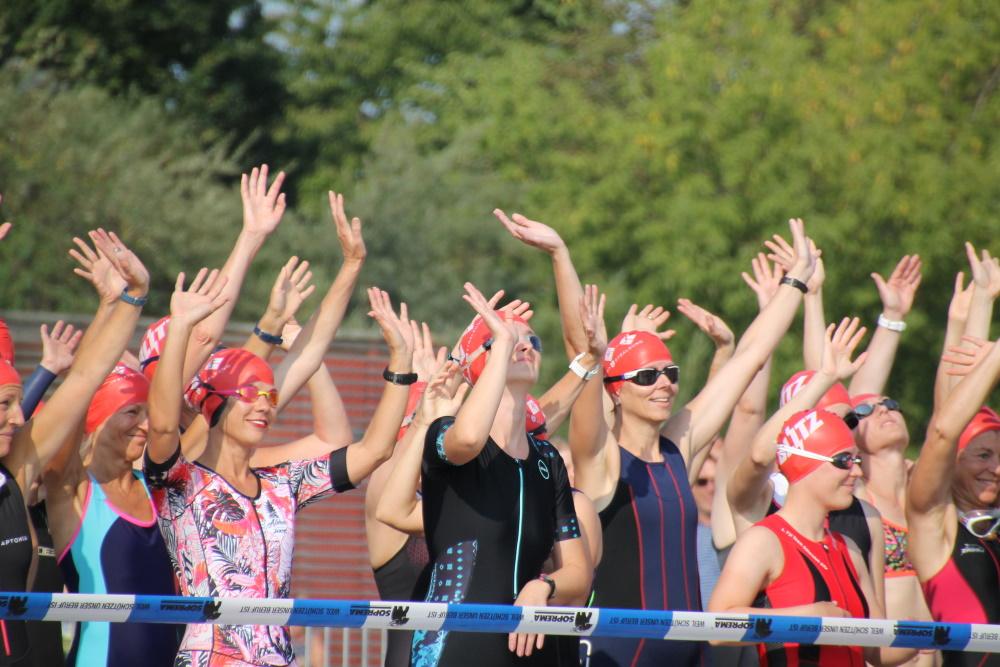 Zahlreiche Teilnehmer beteiligten sich das erste Mal an einem Triathlon. Start am Strelasund. Foto: Cindy Fedor
