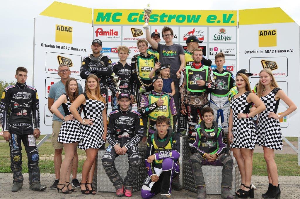 Der MC Güstrow bei der Siegerehrung - Bild von Bernd Quaschning | Motorsport in Güstrow