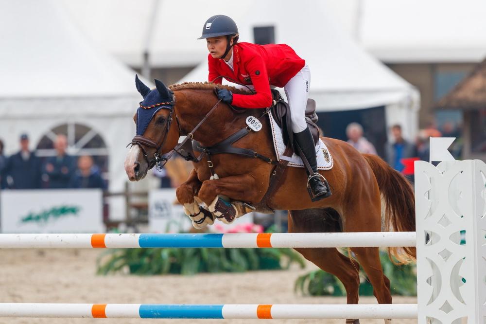 Sringreiterin Tessa Leni Thillmann auf ihrem Pferd 3Q Qadira. Foto: DRV