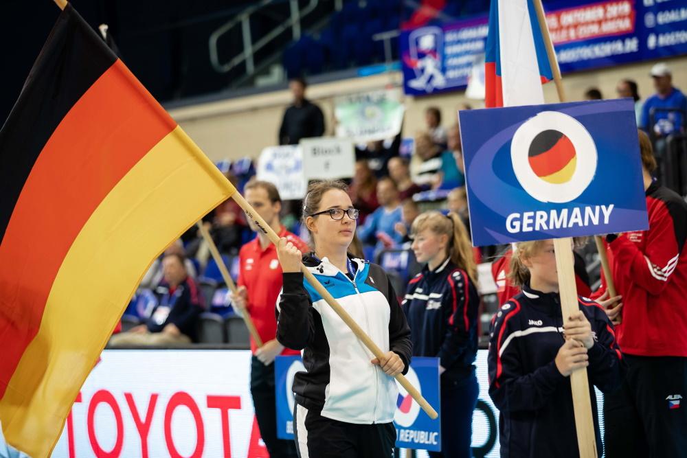 Fahnenträgerin Annkathrin Denker bei der Eröffnung der IBSA Goalball EM 2019 in der Stadthalle Rostock. Foto: Binh Truong / DBS