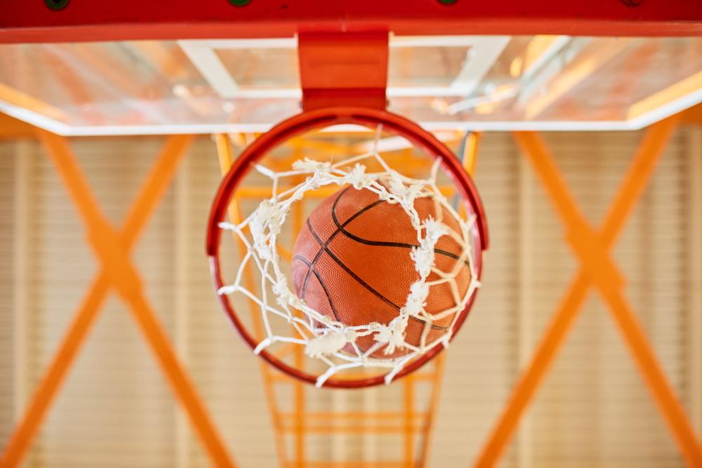 Basketball fällt durch einen Korb | (c) envato elements