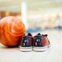 Bowlingschuhe und Bowlingball. Foto: envato elements