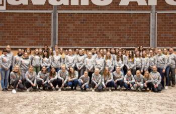 Einheitliche Einkleidung der Club 8-Mitglieder 2019 im Rahmen ihrer Würdigung bei der Abschlussveranstaltung in der Cavallo-Arena. Foto: © info@photo-augenblicke.de