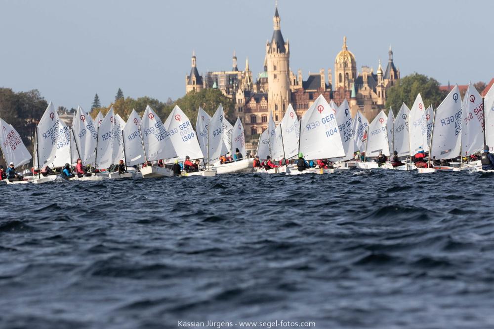 Perfekte Kulisse und Bedingungen für die 550 Teilnehmer beim 30. Herbstpokal in Schwerin. © Kassian Jürgens, www.segel-fotos.com