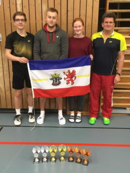 Die Schweriner Badmintonasse (v.l.): Luca Wiechmann, Fabian Bebernitz, Madeleine Hardt und Trainer Michael Hewelt (nicht im Bild: Levi Friedrich). Foto: BSC 95 Schwerin