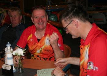 Heiko Hacker (Bild Mitte) freut sich über den Herbstmeister, links Dirk Steffen, rechts Holger Kasten 1. Stralsunder BC. Foto: Uwe Poblenz