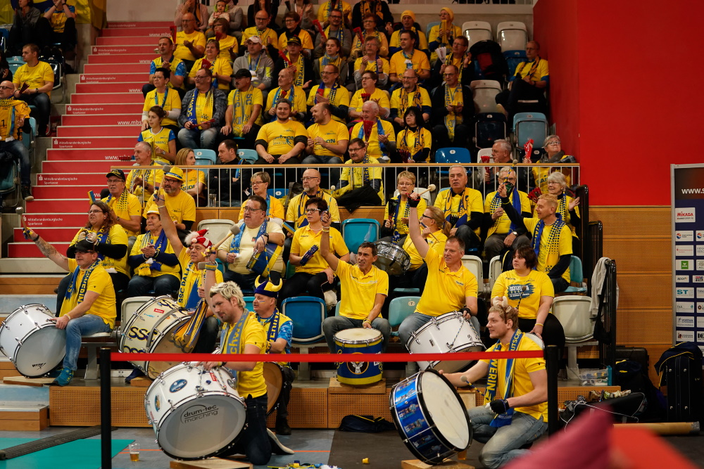 Volleyball: Die Gelsbe Wand unterstütz den SSC Palmberg Schwerin beim Pokal Halbfinale SC Potsdam - Foto: Michael Dittmar
