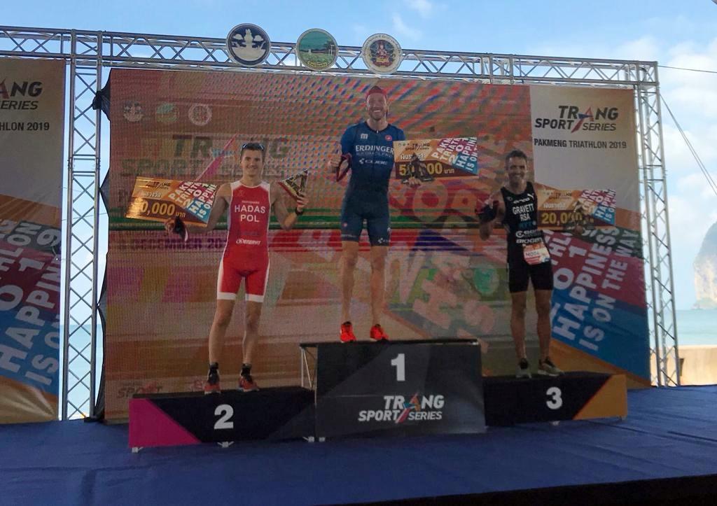 Gold: Michael Raelert auf dem obersten Treppchen des Pakmeng Triathlon in Thailand. Foto: Team Raelert-Brothers
