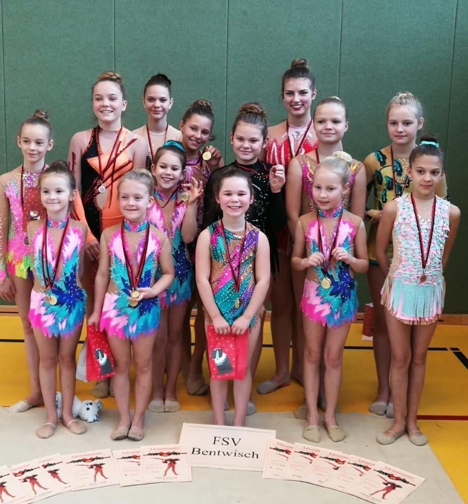 Die jungen Gymnastinnen des FSV Bentwisch mit Medaillen und Urkunden | Rhythmische Sportgymnastik