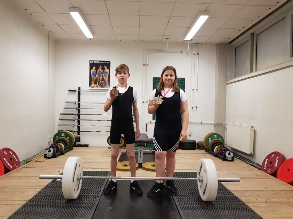 Maximilian Schubert und Zoe Bunge vom TSV Schwerin mit ihren in Polen gewonnenen Medaillen. Foto: Dieter Griffel