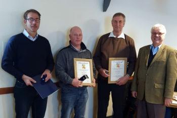 Die Ehrennadel des Landessportbundes in Silber hat Jörg Cröger (li.) aus den Händen des LKVorsitzenden Hans-Joachim Begall (re.) im Rahmen des Fahrertages 2019 erhalten. Foto: © Franz Wego