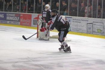 Zwei Rostock Piranhas (Rostocker Eishockey Club e.V.) am Tor