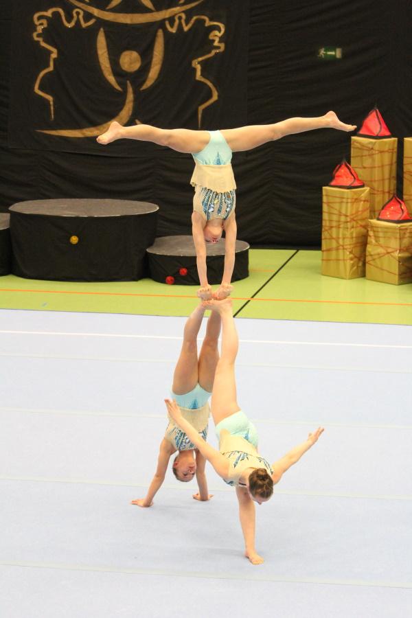 Pyramide in der Balance-Übung - Schwerins Sportakrobatinnen beim 5. Zwinger Acro-Cup in Dresden