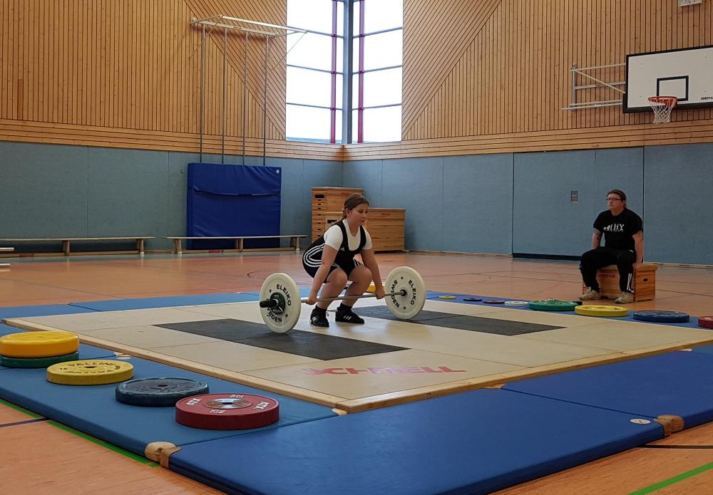 Die Schweriner Nachwuchshoffnung Zoe Bunge kurz vor ihrem Versuch im Reißen. Foto: TSV Schwerin | Gewichtheben in Schwerin