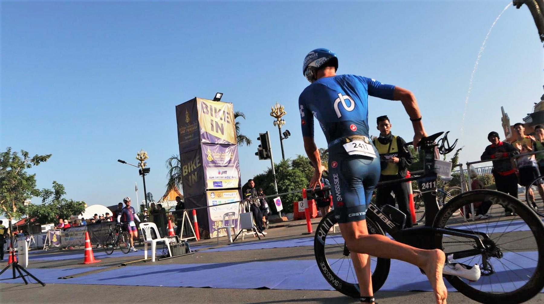 Michael Raelert während des Wechsels vom Wasser aufs Fahrrad bei einem früheren Triathlon   Foto: Raelert-Brothers