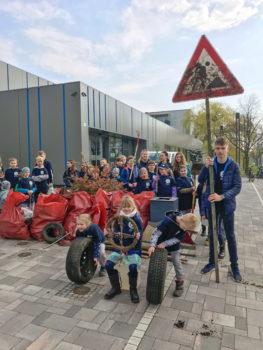 Im vergangenen Jahr nahmen die Kinder und Jugendlichen der DRK Wasserwacht Schwerin gemeinsam am Frühjahrsputz teil. Foto: Andreas Böttcher