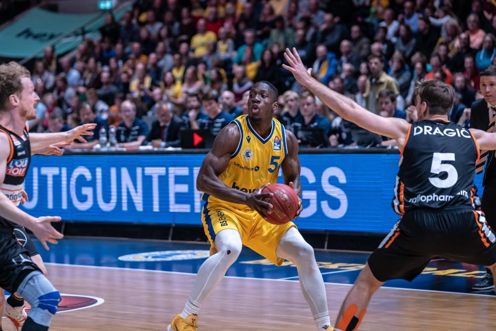 Henry Pwono im Einsatz für die Basketball Löwen Braunschweig vs. Ratiopharm Ulm - Foto: SoulClap Media