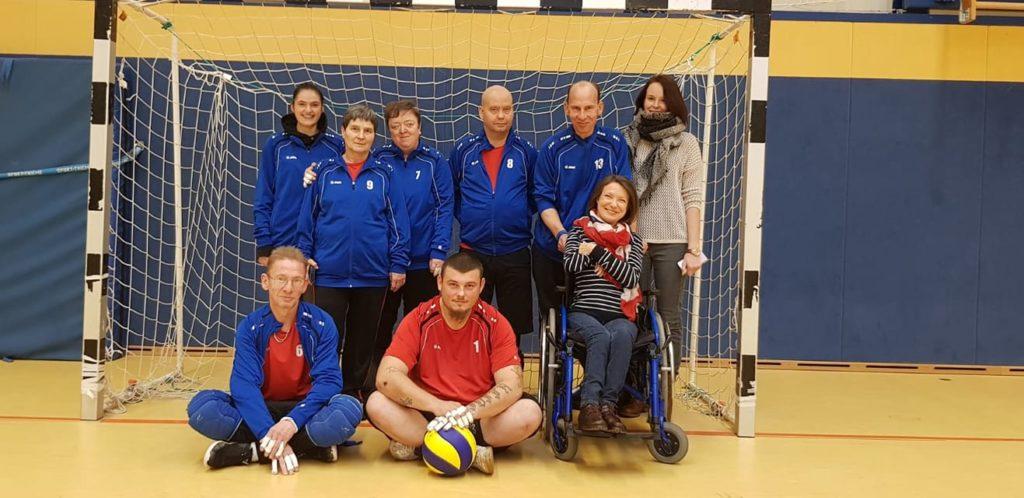 Sitzballteam des FSVB Neubrandenburg mit der Organisatorin Annett Bogorell (im Rollstuhl). Foto: Verein