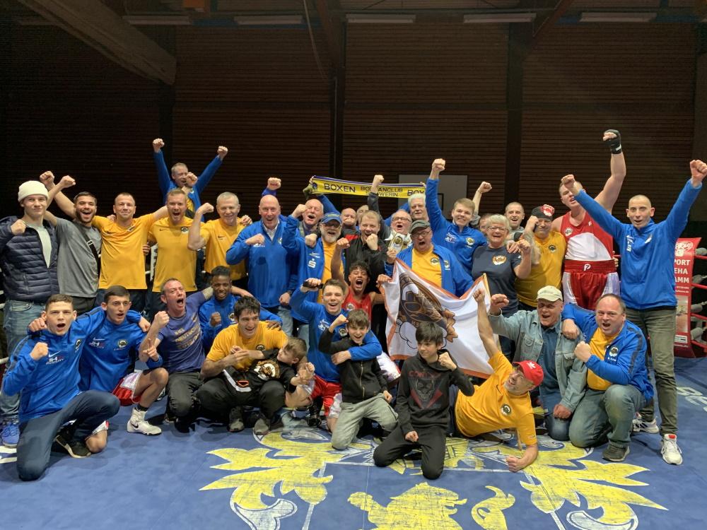 Box-Bundesliga: Mannschaft, Verein und Fans nach dem Sieg der Schweriner gegen Hamm. Foto: ©️ Boxclub TRAKTOR Schwerin