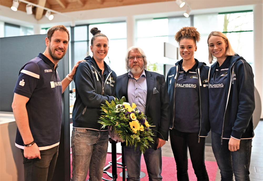 McKenzie Adams, Kimberly Drewniok, Louisa Lippmann und Trainer Felix Koslowski bei Hauptsponsor PALMBERG Büroeinrichtungen. Foto: SSC