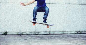 junger Mann auf Skatebord beim Sprung