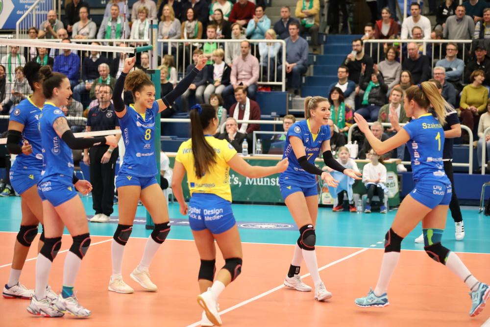 Die Volleyballerinnen des Bundesligisten SSC Palmberg Schwerin klatschen sich ab. Bild: Florian Seubert