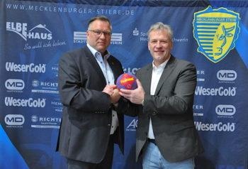 Stiere-Geschäftsführer Axel Schulz (r.), reicht den Ball an seinen Nachfolger Patrick Bischoff weiter. Foto: Barbara Arndt