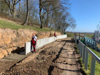FA. März Tief- und Straßenbau errichtet neue Wegbegrenzungen. Foto: Hans-Werner Ruge